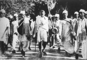Mahatma Gandhi und einige seiner Satyagrahis auf ihrem berühmten Salzmarsch 1930.